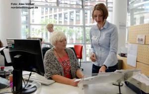 Monika Dziennus (Städt. Bürgerdienste und Christina Runge (Willkommen Europa) im Stadthaus bei den Bürgerdiensten