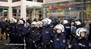 Die Polizei versuchte mit allen Mitteln, die Neonazis durch die Haupthalle zu schleusen. Doch das gelang nicht.