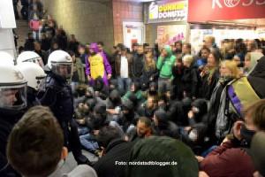 Im Inneren des Bahnhofs kam es zu Auseinandersetzungen sowie zu einer Sitzblockade vor dem S-Bahn-Aufgang.