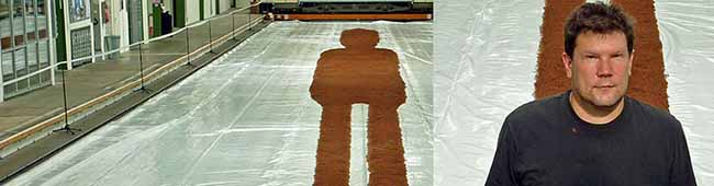 """Ein 70 Meter langes Kunstwerk ist im Depot zu sehen: Die """"Liegende"""" bringt 3,5 Tonnen auf die Waage"""