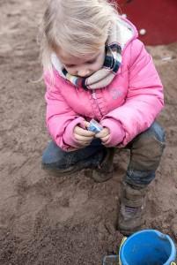 Emma findet im Spielplatzsand blaue Pillen – und hält sie für Bonbons. Foto: WDR/Thomas Kost