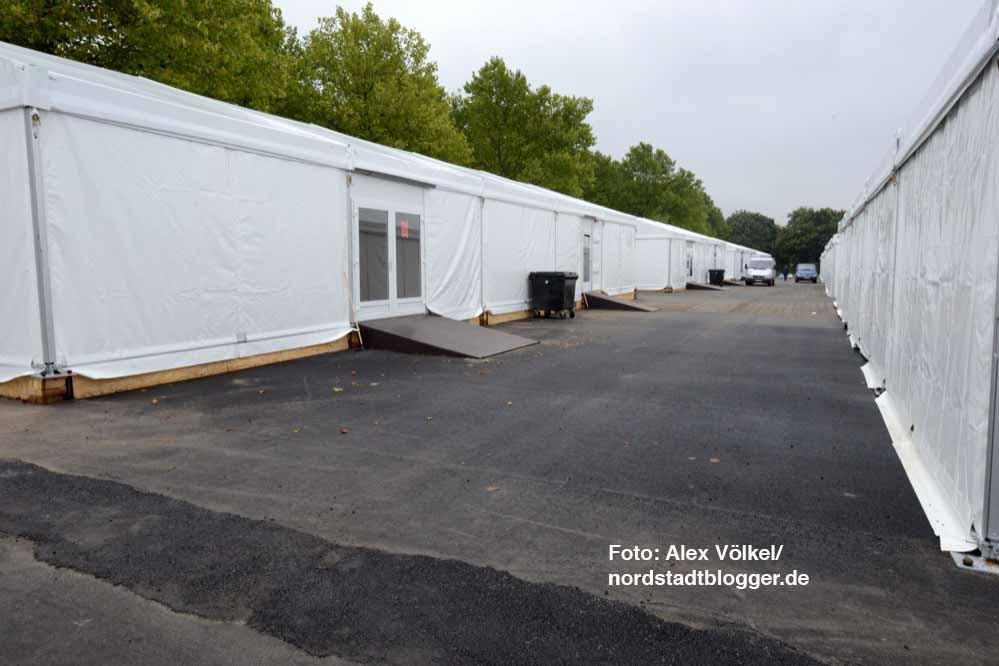 15 winterfeste Leichtbauhallen für jeweils 72 Menschen sind auf dem ehemaligen Parkplatz errichtet worden.
