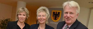 Regierungspräsidentin Diana Ewert (M.) überreichte den Förderbescheid des Landes an OB Ullrich Sierau und Schuldezernentin Daniela Schneckenburger. Foto: S.Kleemann/Stadt DO