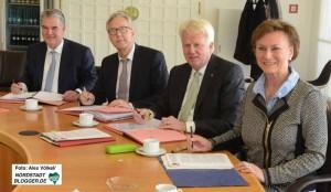 Martin Dreier, Gregor Lange, Ullrich Sierau und Birgit Cirullies haben die Verträge unterschrieben.