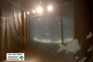 Hinter einer Schutzwand ist der bereits sanierte Gebäudeteil mit dem Aquarium verschwunden.