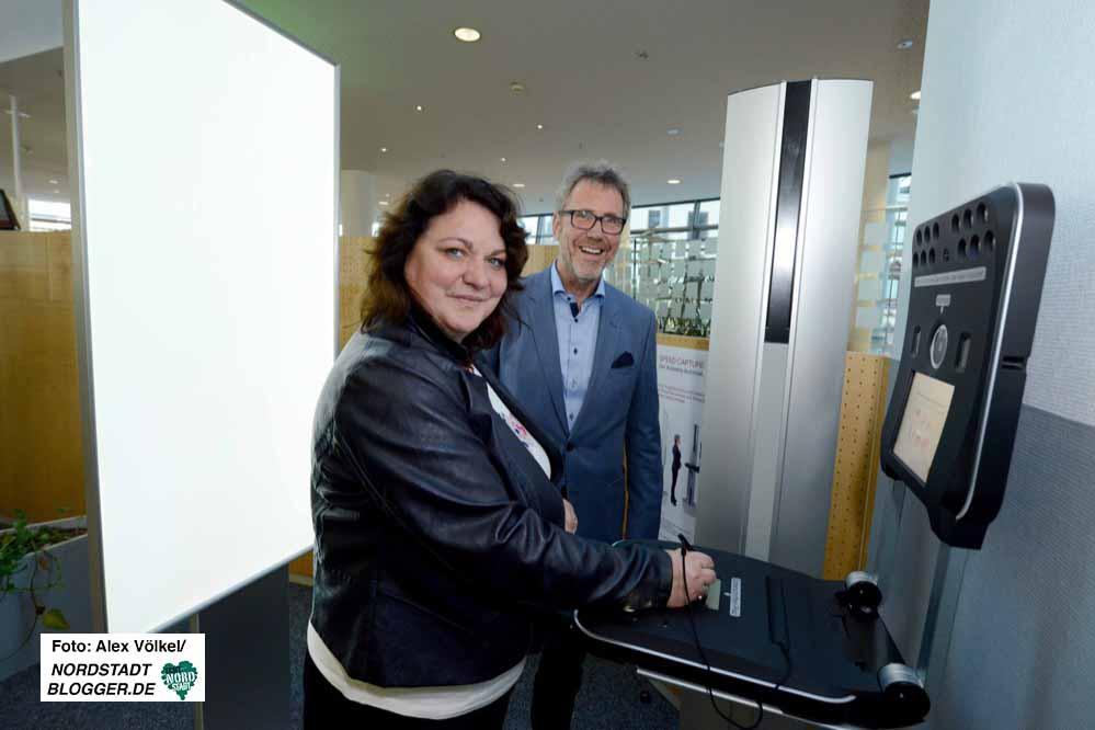 Diane Jägers - mit Peter Spänhoff - hat das neue Digitalangebot der Bürgerdienste ausprobiert.