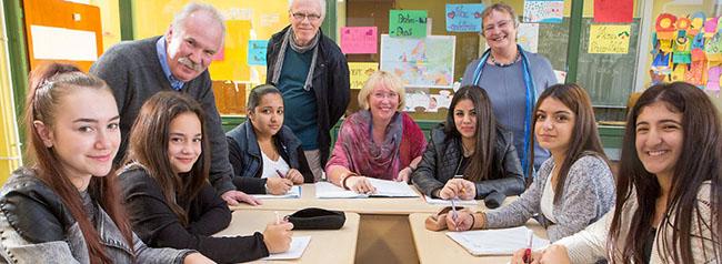 Helin und Gülsüm werden Seniorenbegleiterinnen: Kurs an der Anne-Frank-Gesamtschule möchte Perspektiven schaffen