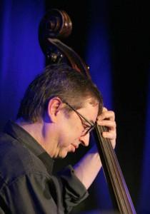 An den Jazz-Msuiker Django Kroll wollen ProJazz und Roxy erinnern. Archivfoto: Petra Coddington
