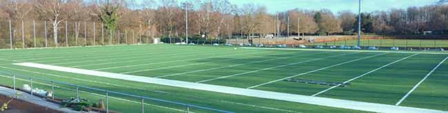 Neues Grün glänzt im Hoeschpark: Auf dem künftigen Football-Feld ist der Kunstrasen bereits verlegt