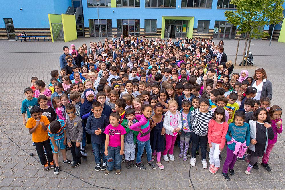 Schüler, Lehrerinnen und Mitglieder des Elterncafés und des Förderkreises der Libellen-Grundschule. Foto: Klaus Hartmann