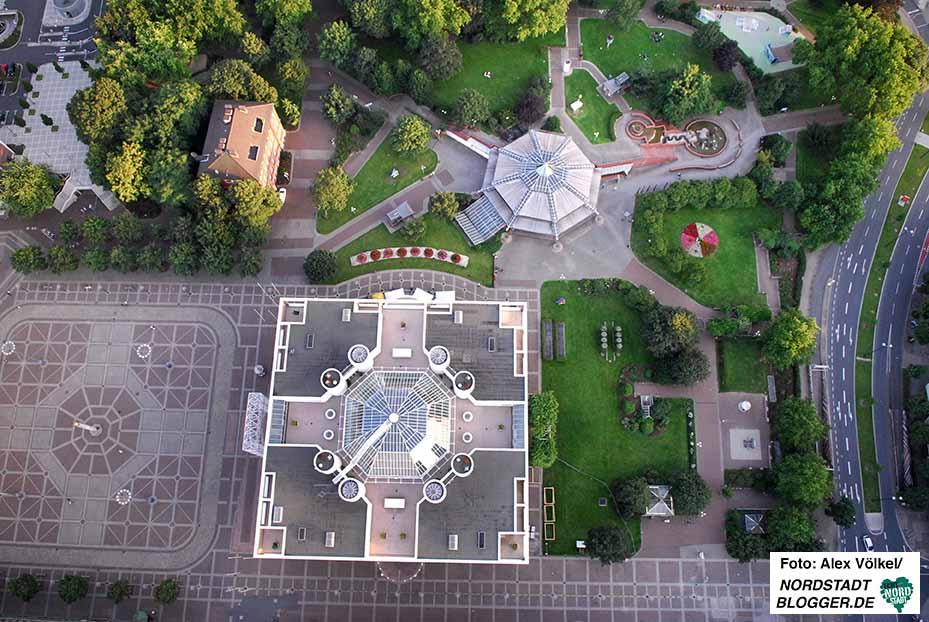 Friedensplatz, Stadtgarten und Rathaus von oben - dabei kommt das Grün gut zur Geltung. Archivbild: Alex Völkel