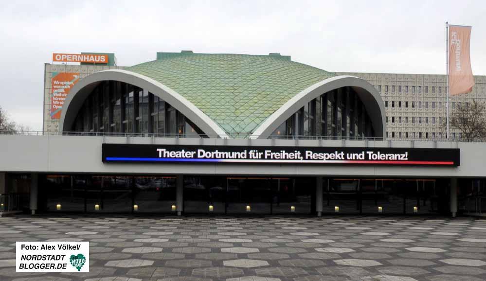 Auch das Theater verzichtet seit Samstag auf Werbung und wirbt für Völkerverständigung.
