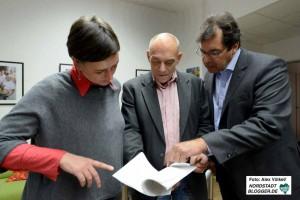 Heike Schulz, Veit Hohfeld und Martin Gansau halten den neuen Vertrag in Händen.