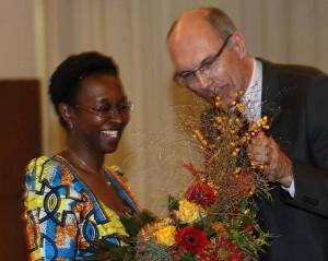 Kay Bandermann übergab den Preis an Veye Fatah. Fotos: Pal Delia