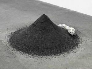 """Alicia Kwade: """"Die Trinkenden"""", 2011, Kohle, Porzellanfiguren (Rosenthal, Entwurf Ernst Wenck 1924), Olbricht Collection. Foto: Roman März."""
