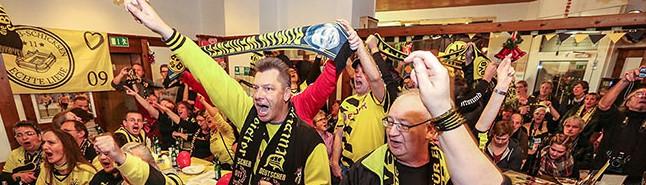 Versteigerung zum 106. BVB-Geburtstag brachte 1800 Euro  – Darüber freuen sich die Fußballerinnen des SC Asteria