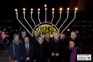 Gemeinsam mit zahlreichen Ehrengästen wurden die Lichter am Chanukka-Leuchter entzündet.