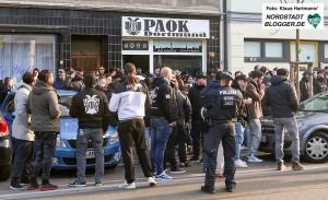 Massives Polizeiaufgebot sichert die Oesterholzstraße. Vor der Club-Lokal des Dortmunder Fan-Club von PAOK Saloniki terffen sich die Anhänger des Vereins um gemeinsam zum Stadion zu gehen.