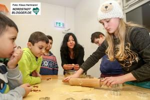 Weihnachtsbäckerei bei ConcordiArt. Anna Janitzek backt mit den Kindern