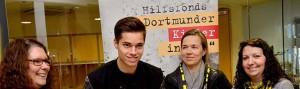 """Foto: BVB-Mittelfeldspieler Julian Weigl unterschrieb im Katholischen Centrum 321 Posterkalender zugunsten des Hilfsfonds' """"Dortmunder Kinder in Not"""", hier mit Kerstin Vogler, Sabine Omlin und Vinka Slisko (v.l.)."""