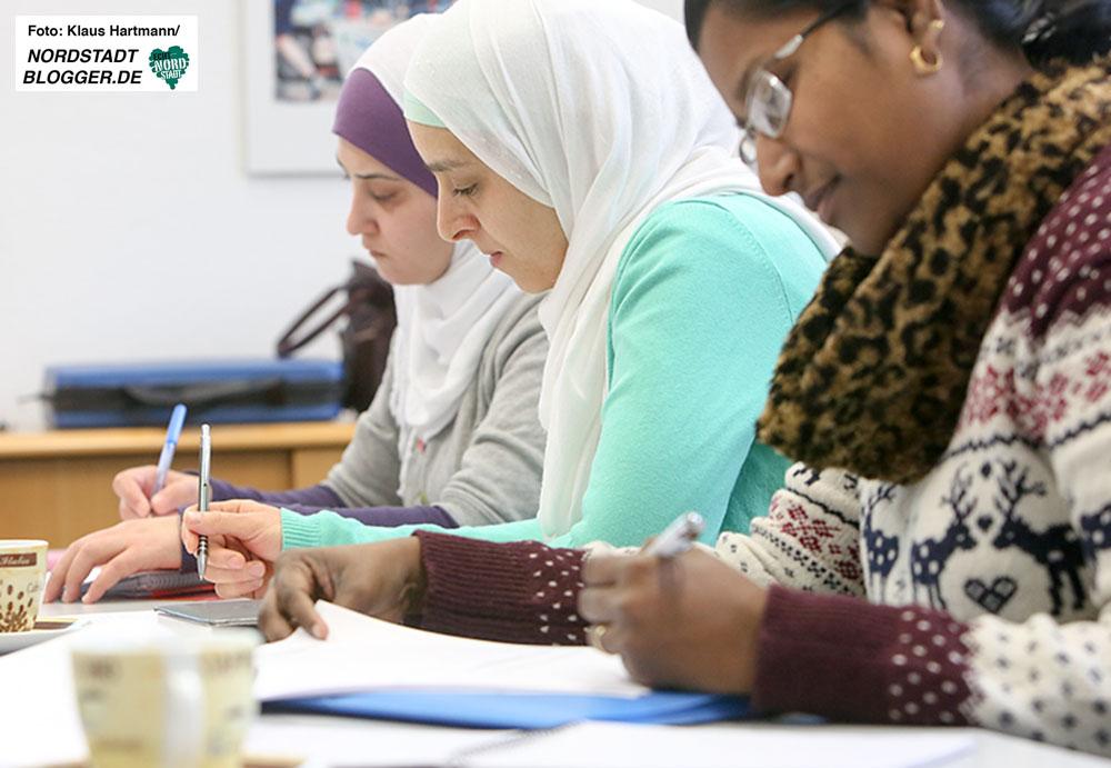 Interkulturelle Lotsen helfen bei der Integration von Neuzuwanderern. Lotsinnen Bessma Khales, Waffa Kuwider, beide aus Syrien und Jacintha Benjamin büffeln Alltag