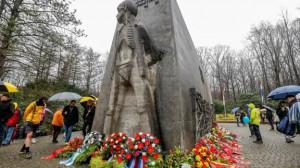 Wenig einladend war das Wetter - dennoch kam rund 1000 TeilnehmerInnen zur Gedenkfeier in die Bittermark.