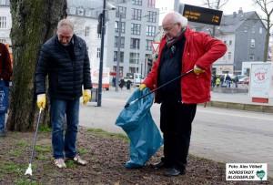 In Dorstfeld machten Mitglieder des Runden Tischs gegen Rechts eine Reinigungsaktion am Wilhelmplatz.