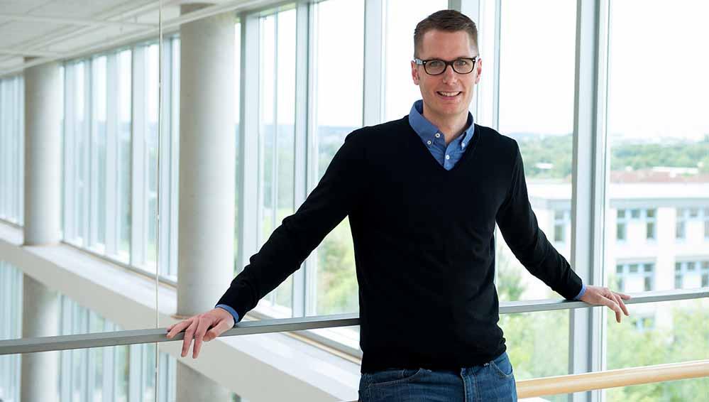 """Michel Boße ist Studiengangskoordinator für """"Soziale Arbeit – Schwerpunkt Armut und (Flüchtlings-) Migration"""". Foto: FH Do"""