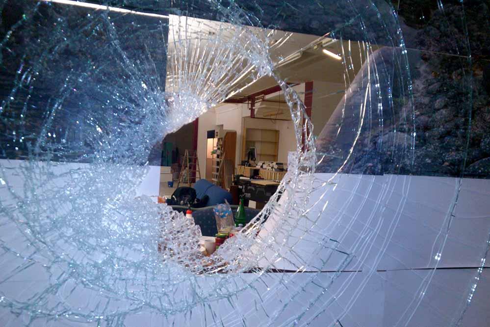 """Neonazis haben erneut den Buchladen """"Black Pigeon"""" attackiert und zwei Schaufenster eingeworfen."""