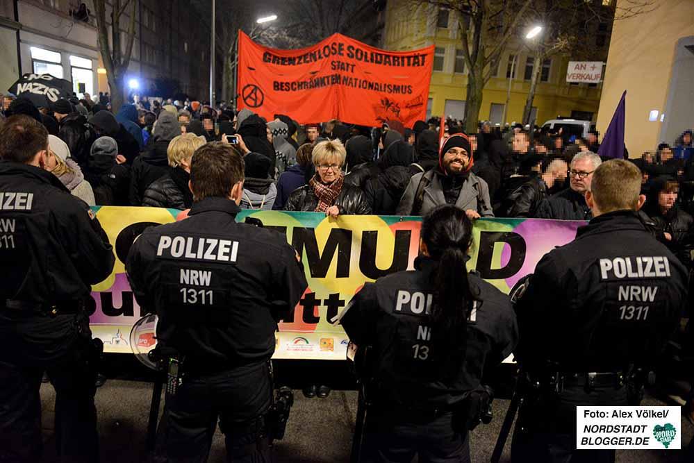 """250 Menschen stellten sich den 35 Neonazis entgegen, die gegen das """"Black Pigeon"""" demonstrierten."""