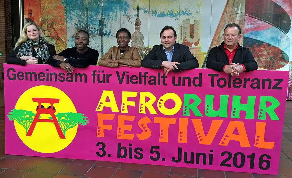Freuen sich auf das 7. Afro Ruhr Festival: Isabel Pfarre (Keuning-Haus), William Dountio, Veye Tatah (Vorsitzende Africa Positive), Levent Arslan (Keuning-Haus) und Burkhard Rinsche (Kulturbüro der Stadt). Foto: Joachim vom Brocke