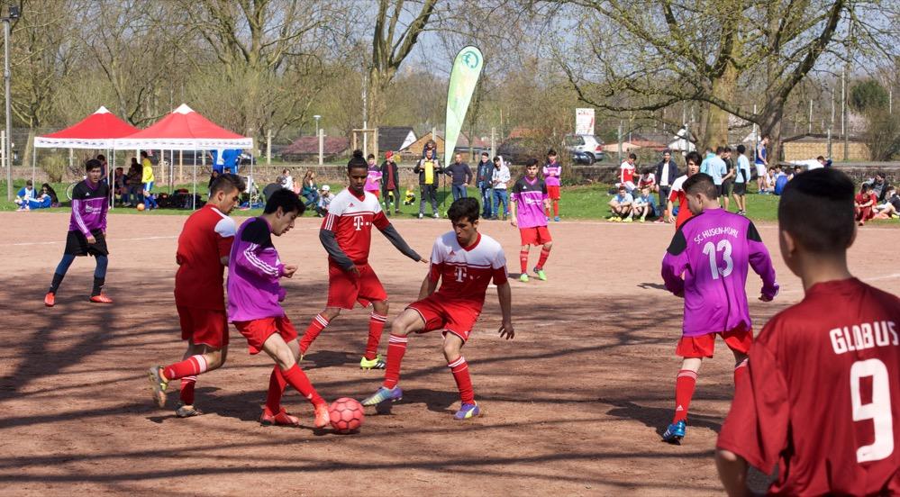 Auf dem Sportplatz an der Burgholzstraße startete Bunt kickt gut. Fotos: Wolf-Dieter Blank