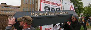 100 Jahre Dada. Belebung des Huelsenherzes am Grab von Richard Huelsenbeck. Prozession durch die Stadt