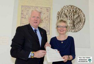 Regierungspräsidentin Diana Ewert überreichte die Haushaltsgenehmigung persönlich an OB Ullrich Sierau.
