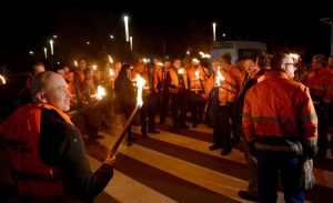 Direkt mit dem Ende der Friedenspflicht um Mitternacht rief die IG Metall die Beschäftigten zum Warnstreik auf.