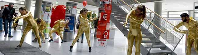 """""""Deutschland sagt Sorry"""" für Hartz IV: KünstlerInnen überraschen Arbeitsagentur und JobCenter mit Flashmob"""