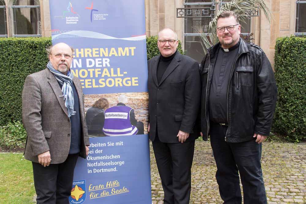 Pfarrer Meinhard Elmer (rechts) ist neuer Dekanatsbeauftragter für die Notfallseelsorge in Dortmund, hier mit seinem Vorgänger Meinolf Kopshoff (links) und Propst Andreas Coersmeier. Foto: Leopold Achilles