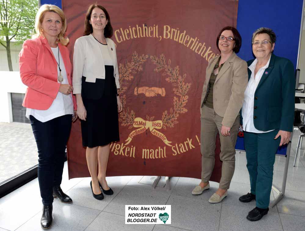 Gruppenbild vor Traditionsfahne: Sabine Poschmann (li.), Nadja Lüders (2.v.r.) und Gerda Kieninger (re.) mit der neuen Generalsekretärin Katarina Barley (2.v.l.).