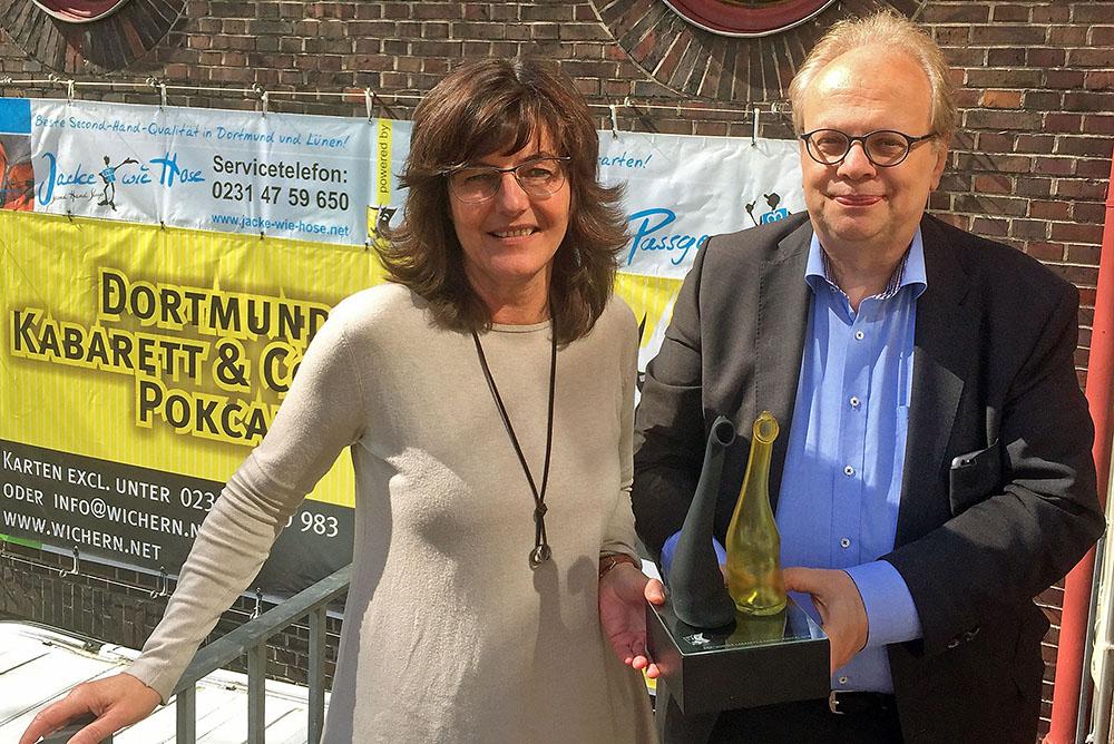 """Wichern-Leiterin Heike Dahlheimer-Schlüter und """"Heinz""""-Magazin Herausgeber Frank Dittmann mit dem Kabarett & Comedy PoKCal, gestaltet von Heike Kemper. Foto: Joachim vom Brocke"""
