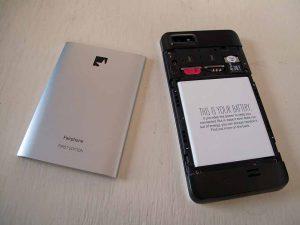 Das Fairphone - hier das erste Modell - will den Mechanismus durchbrechen und bietet sogar Reparaturmöglichkeiten an. Foto: Wikipedia/ Sandra Fauconnier