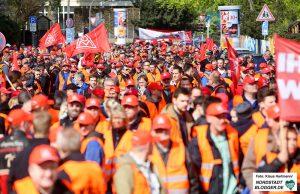 Warnstreik der IG Metall. Demonstration zum Sitz des Unternehmensverband der Metallindustrie