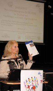 Andrea Zeuch, Inklusionsbeauftragte der Stadt Dortmund, die den Inklusionsbericht vorstellt.