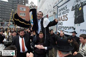 Rabbiner Avichai Apel trat dafür ein, dass sich die Gemeinde öffentlich zeigt.