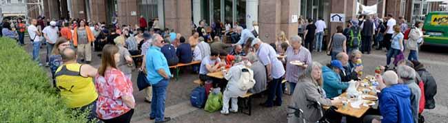 """Kana-Suppenküche veranstaltet ein Mittagessen am Rathaus in Dortmund: """"Die Stadt gehört allen! Keine Vertreibung!"""""""
