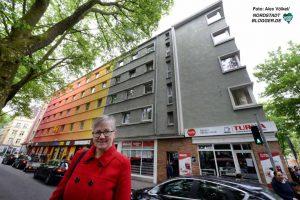 Marita Hetmeier vor ihrem Gebäudekomple - den rechten Teil haben sie jetzt erst erworben.