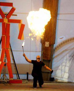 """""""Was von uns bleibt"""" ist eine Theaterproduktion die drei Kunstrichtungen vereint: Theater, Tanz und Feuerkunst."""