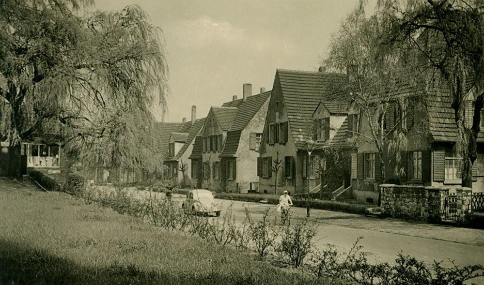 Ein Hof- und Fassadenprogramm wird für die Zechensiedlung Oberdorstfeld aufgelegt. Das Bild zeigt die Lange Fuhr Straße um 1960. Foto: Stadtarchiv Dortmund