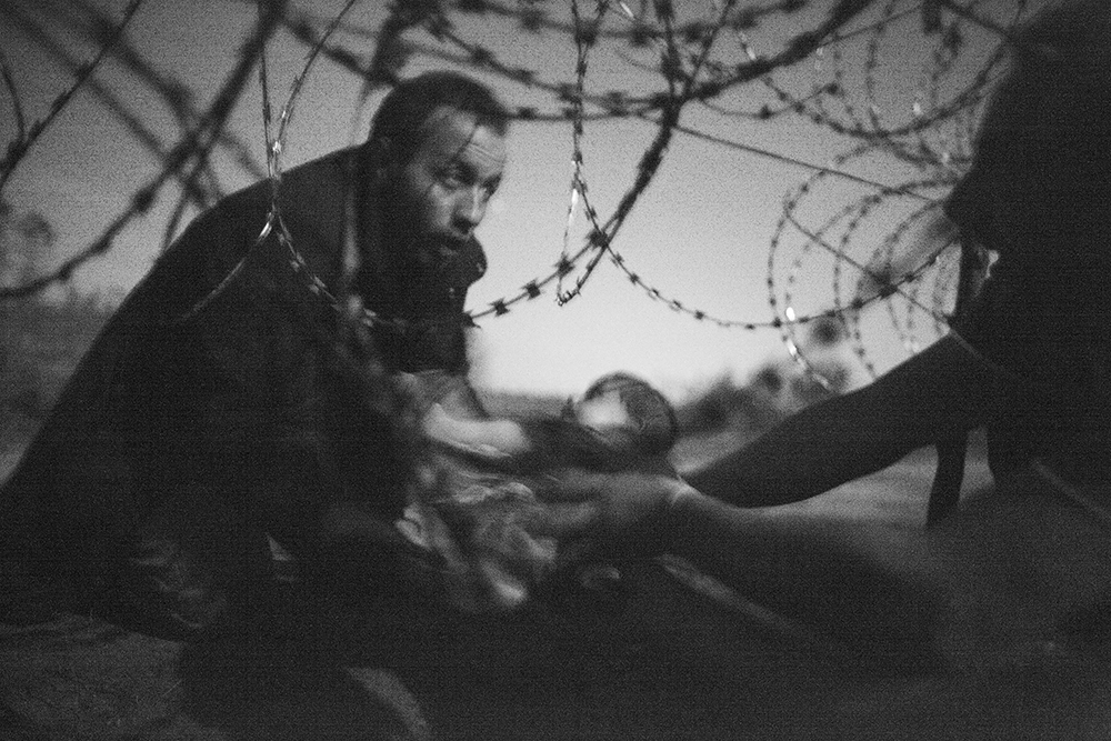 Warren Richardson, Australia, 2015, Hope for a New Life. Migrants crossing the border from Serbia into Hungary.