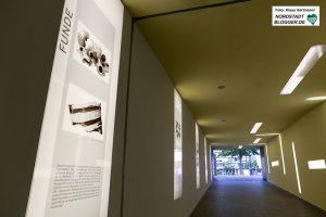 Dortmunder Denkmalhefte: Im Brunnen der Familie Heuner. Zugang zum Parkhaus Friedensplatz mit Infotafeln
