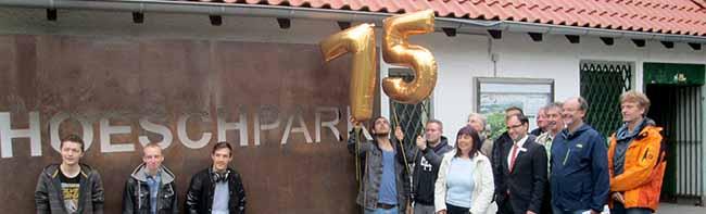 Der Hoeschpark erhält vom Freundeskreis zum 75. Geburtstag ein neues Eingangsschild aus Corten-Stahl spendiert
